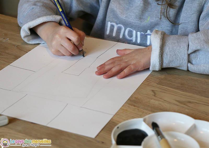 Enfant qui dessine un arbre au crayon à papier