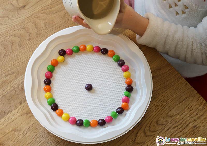 verser de l'eau sur des bonbons colorés