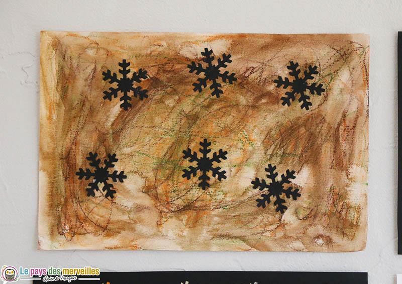 Collage de flocons sur une feuille peinte