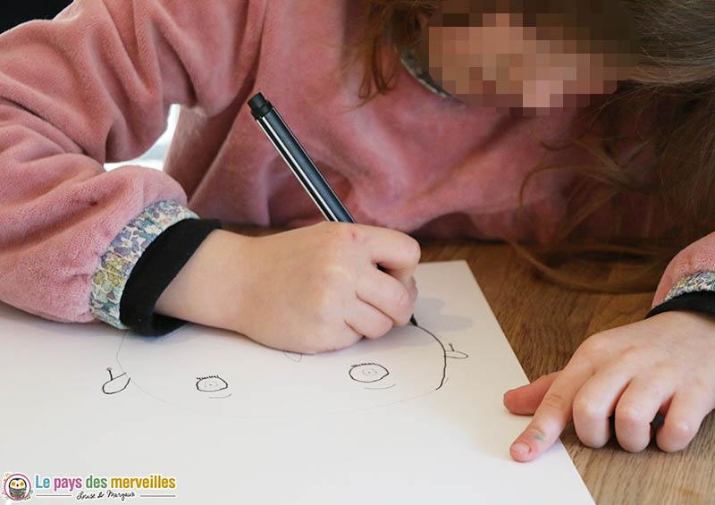 Repasser sur les traits de crayon avec un feutre noir