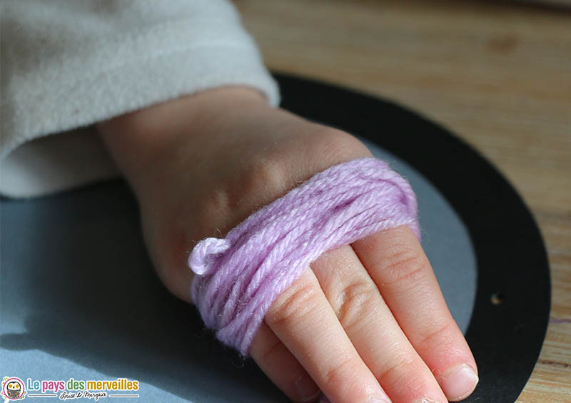 laine enroulée autour de la main