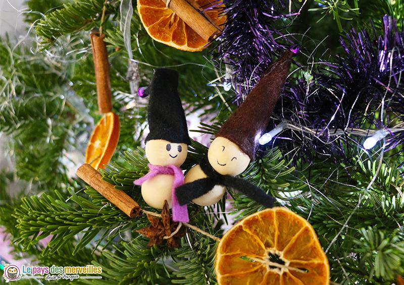 Lutins de Noël dans le sapin