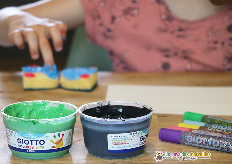 Activité de peinture aux doigts avec une éponge