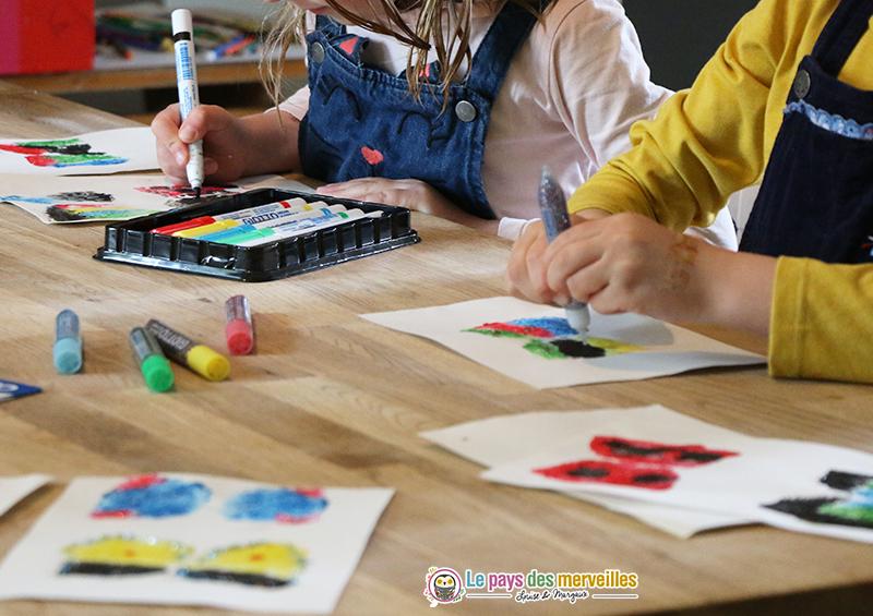 Bricolage de printemps avec de la peinture, paillettes, feutres