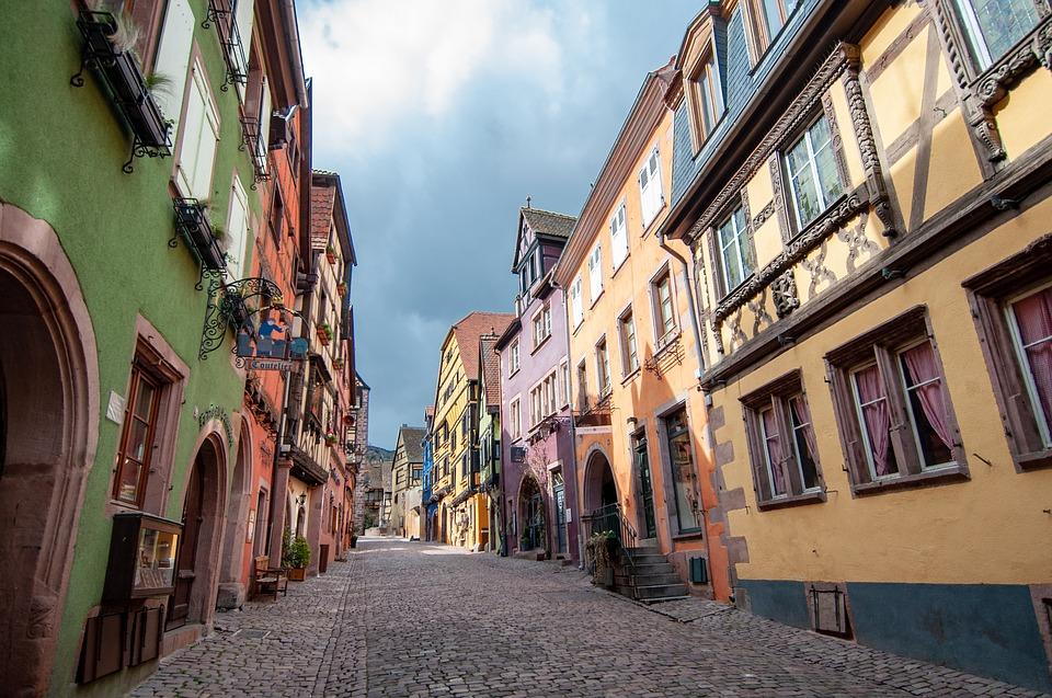 Rue colorée de Kaysersberg en Alsace