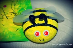 abeille réalisée avec un galet