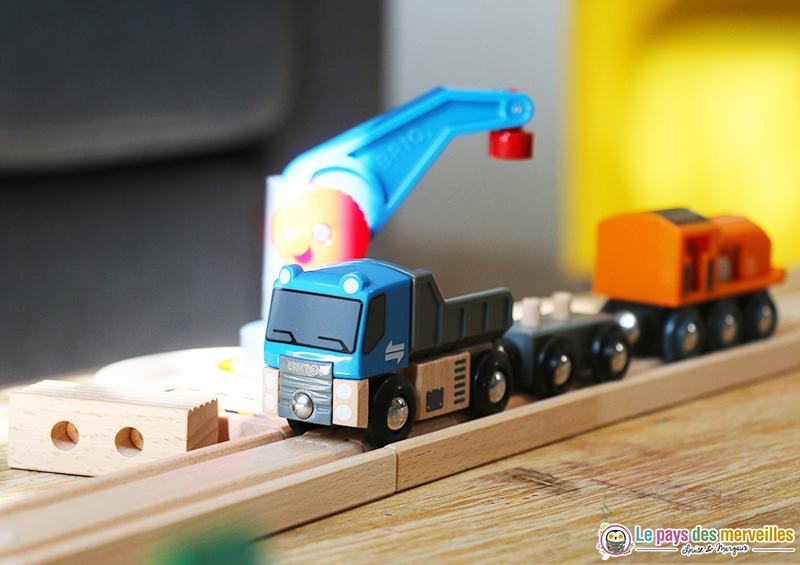 Grue pivotante à 360° et camion avec son chargement aimanté