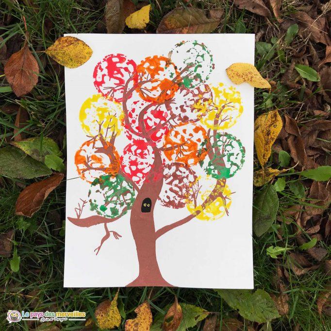 Utiliser un panier à cornichons comme tampon pour peindre un arbre d'automne
