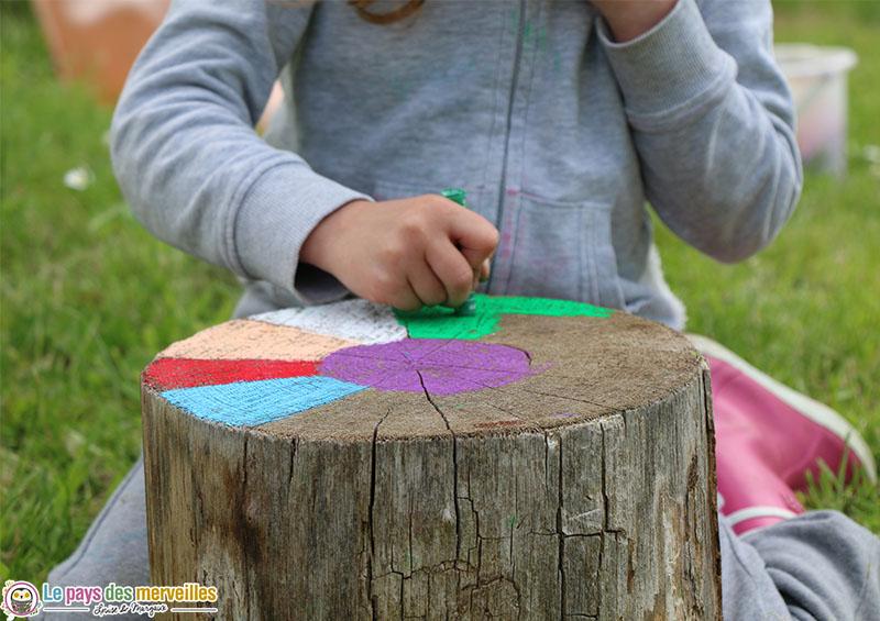 décorer le jardin avec des bûches de bois colorées