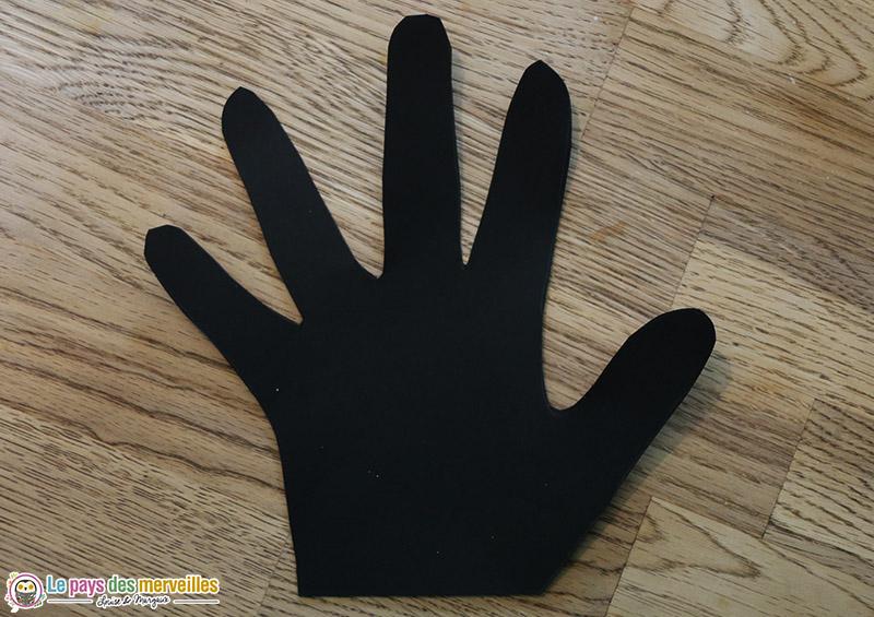 Empreinte de main dans une feuille noire
