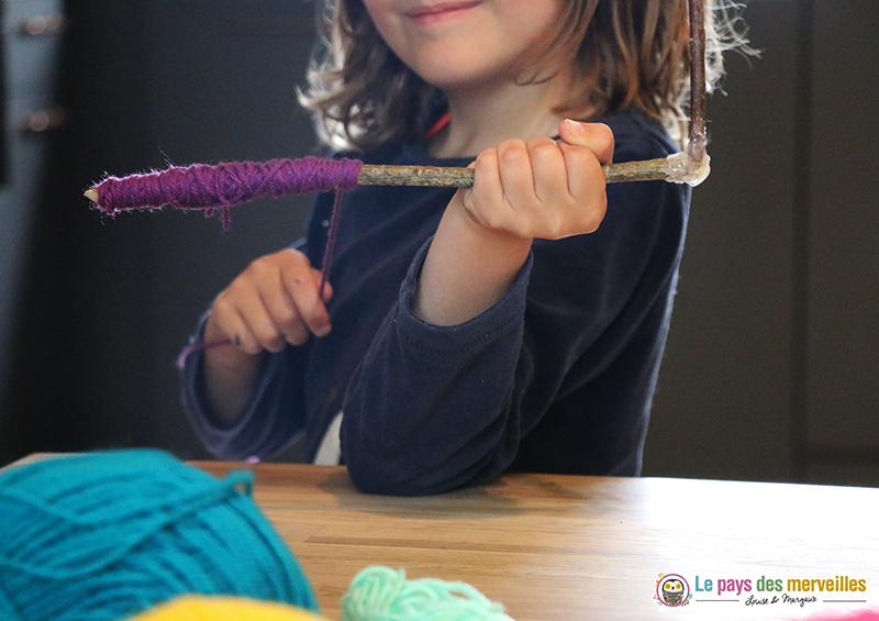 Activité bâton de bois et laine pour les enfants