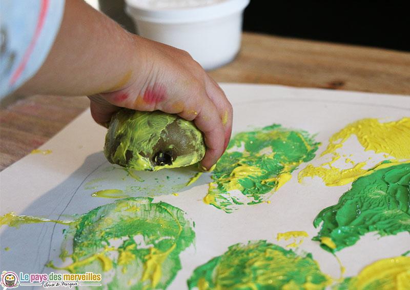 Bricolage d'automne avec une poire et de la peinture