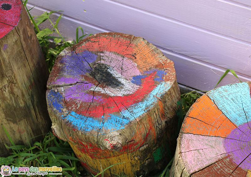 bûche en bois décorées par les enfants