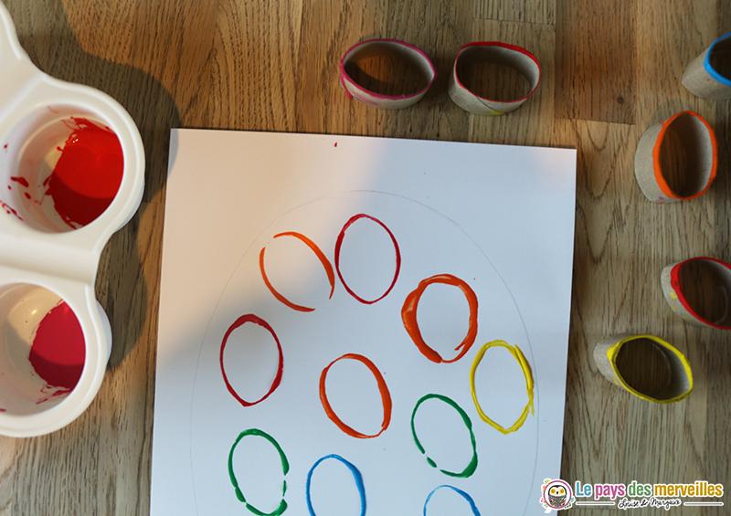 Empreintes à la peinture avec un rouleau de papier toilette recyclé