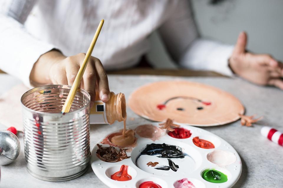 Activité créative peinture enfant