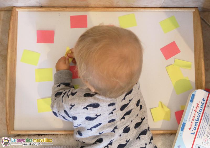 activité bébé avec des post-it et un plateau