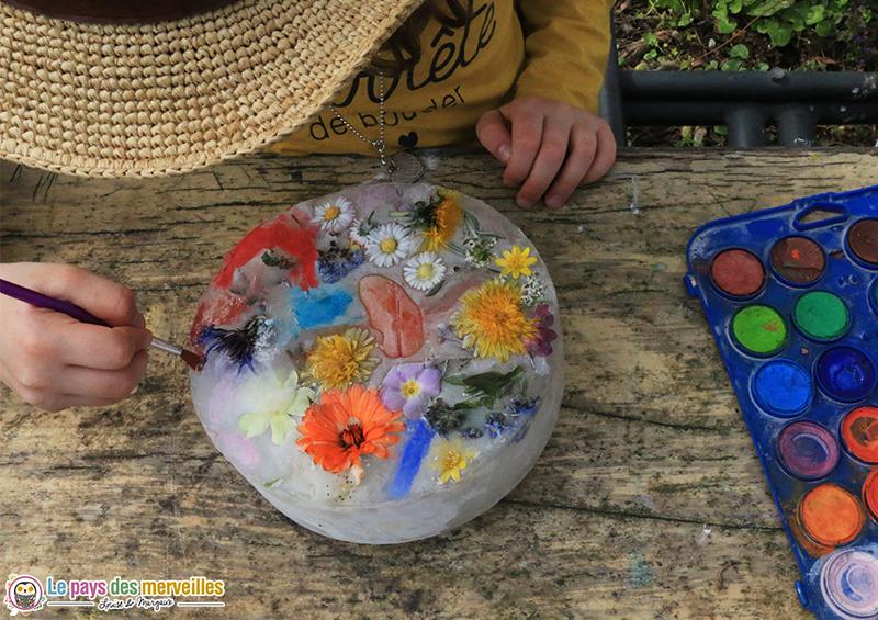 peindre sur un glaçon de fleurs