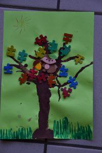 Arbre coloré avec un collage de pièces de puzzle