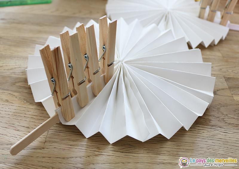 eventail en papier avec un bâtonnet en bois