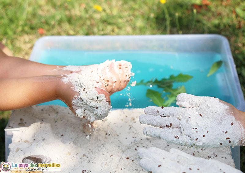 activité sensorielle avec de la farine sur le thème de l'ocean