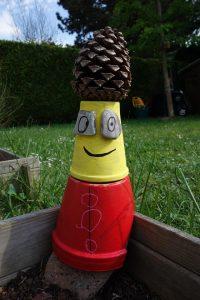 bonhomme avec des pots en terre