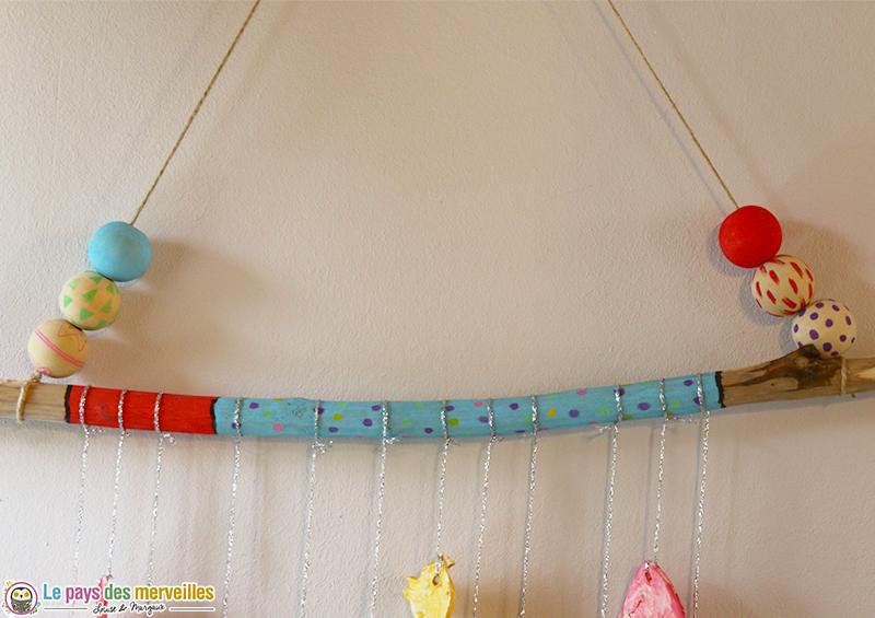 Bâton en bois décoré avec des feutres Posca