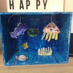 Aquarium dans une boite peinte en bleue