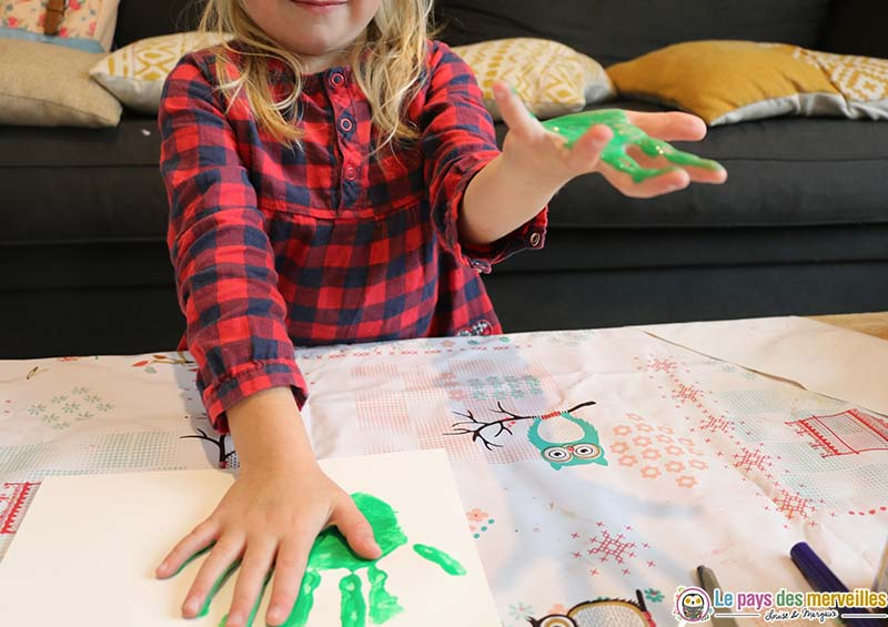 Empreintes de mains en peinture pour réaliser un monstre d'halloween