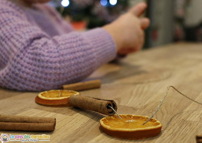 DIY guirlande de Noël avec des oranges et de la cannelle