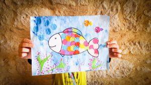 Bricolage de poisson avec des confettis