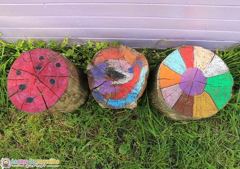 buches en bois décorées avec des pastels