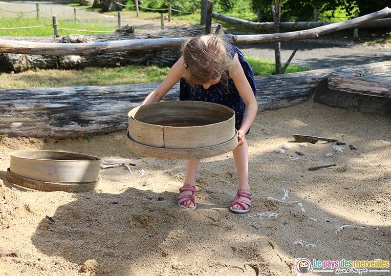 Camp de fouille dans le sable