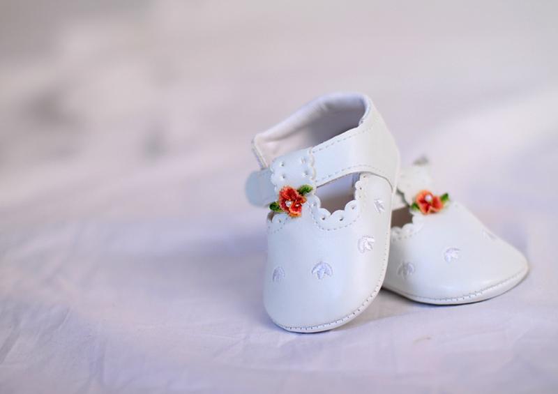 Chaussure blanche de baptême pour fille