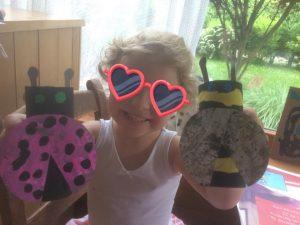 abeille et coccinelle avec des rouleaux de papier toilette