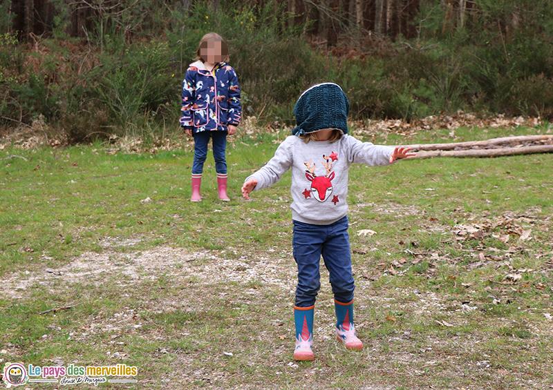 Colin maillard en forêt avec les enfants