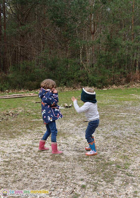 Jouer à colin maillard en forêt avec les enfants