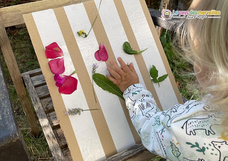 coller des feuilles et des fleurs sur du double face