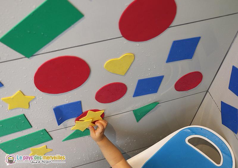 Coller des formes en papier mousse sur le carrelage