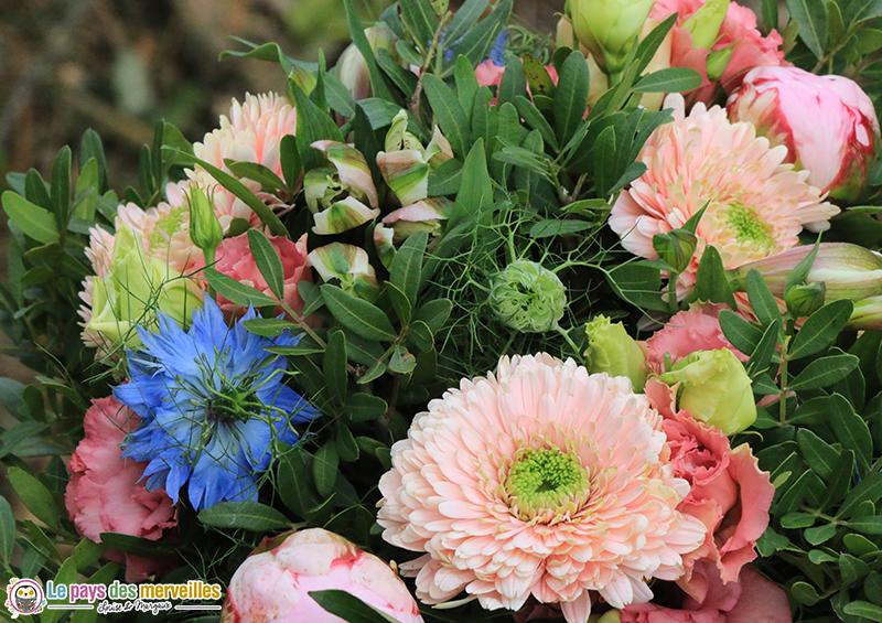 bouquet de fleurs rose et bleu