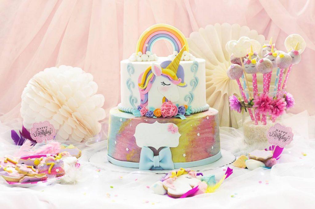 gateau d'anniversaire et décoration sur le thème licorne