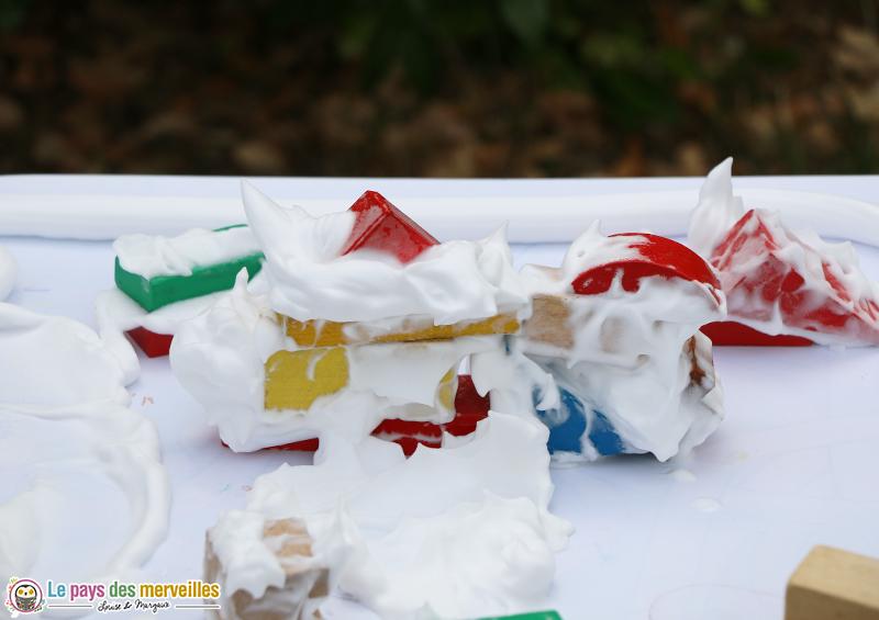 construire avec des cubes et de la mousse à raser