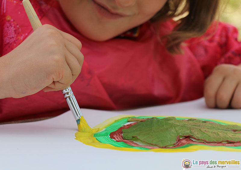 Contour d'une feuille d'automne avec de la peinture