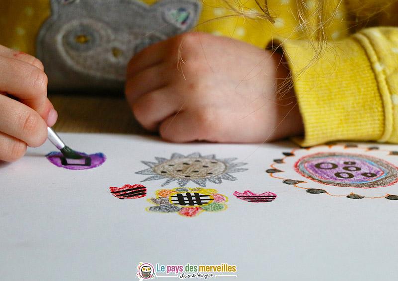Pinceau humide sur des crayons aquarelles