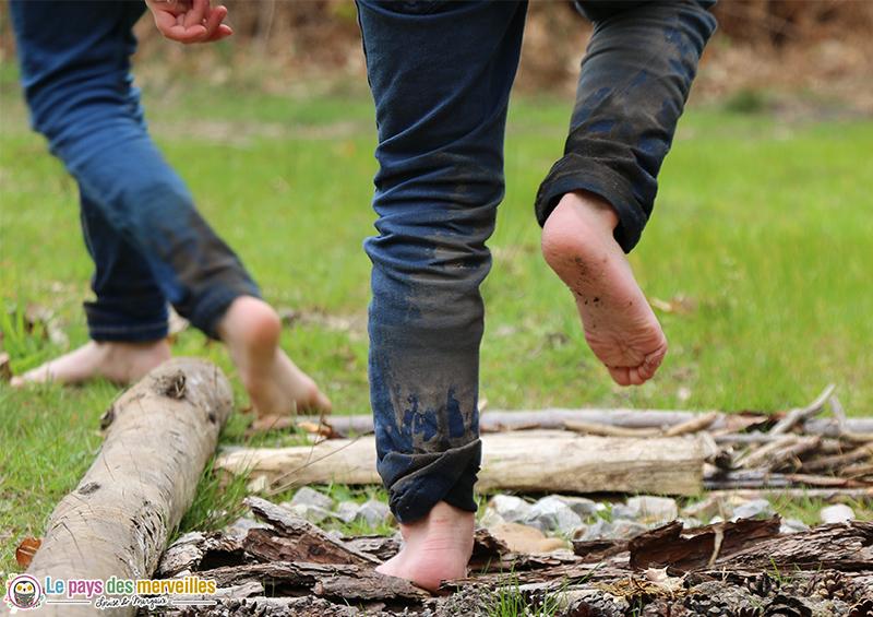 Marcher sur des écorces d'arbre