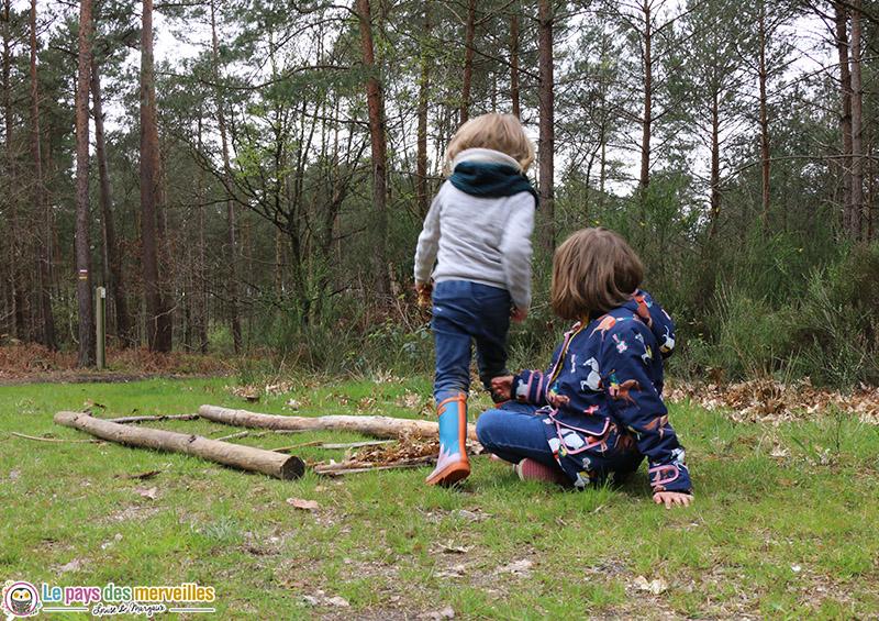 Fabriquer un parcours sensoriel en forêt
