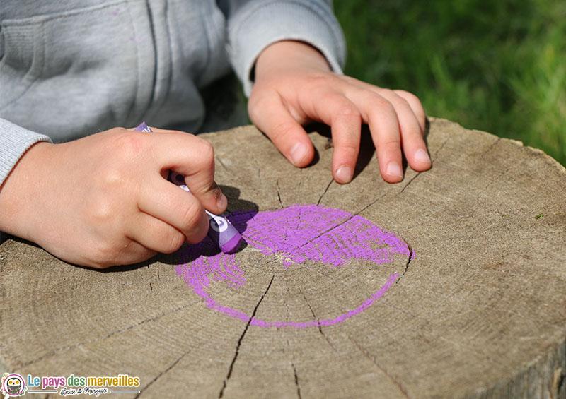Décorer une bûche de bois avec des pastels