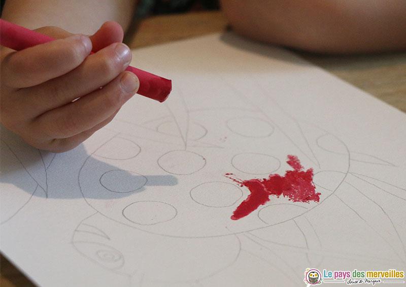 coloriage d'une coccinelle avec des craies et du babeurre