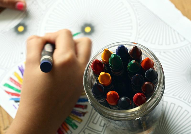 dessin au crayon dans l'environnement scolaire