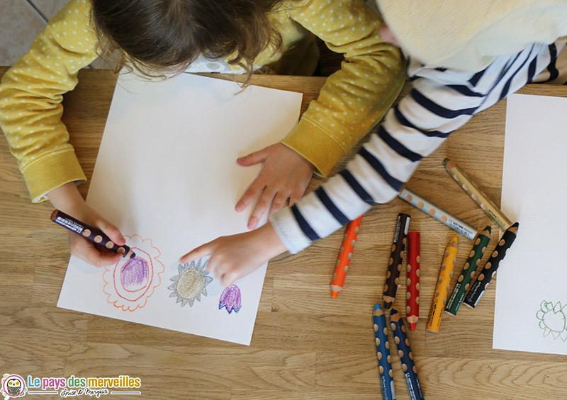 Dessiner des fleurs avec des crayons aquarellables