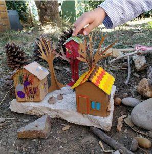 Activité manuelle cabane en carton dans les arbres